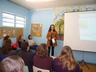 Pais de estudantes da rede municipal participam de conversa com Psicopedagoga