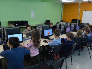 Secretaria de Educação adquire novos computadores para as escolas municipais.