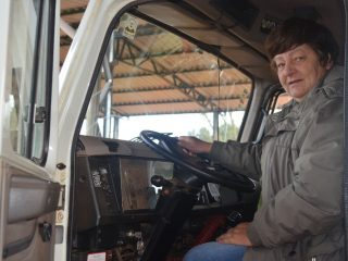Primeira mulher atua como motorista de caminhões da Prefeitura Municipal de Victor Graeff