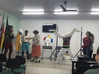 Estudantes da EMEF Leonel de Moura Brizola acompanharam teatro do Projeto Escola no Campo