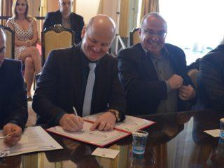 Victor Graeff assina contrato para pavimentação de ruas via Programa Badesul Cidades