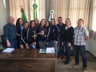 Equipe Oficina de Voleibol CRAS/Victor Graeff já levanta troféus