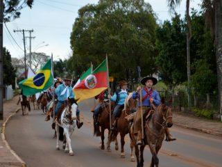 Victor Graeff inicia programação da Semana Farroupilha com cavalgada e apresentações artísticas