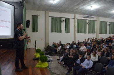 Palestra com delegado Gerri Adriani Mendes lota Centro de Eventos Municipal