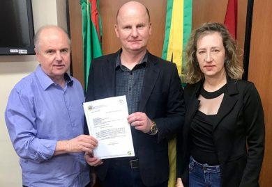 Prefeito entrega Moção de Protesto e Repúdio contra alterações no Plano de Carreira do Magistério Público Estadual