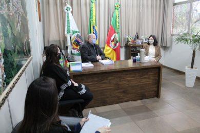 Prefeito recebe membros da Cooperativa Escolar da EMEF Marcílio Dias