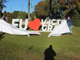 Victor Graeff realiza instalação de placa na Praça Municipal