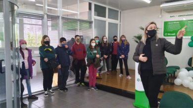 Cooperativa Escolar visita agência do Sicredi