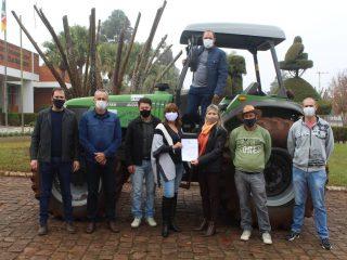 Governo do Estado cede trator ao município de Victor Graeff