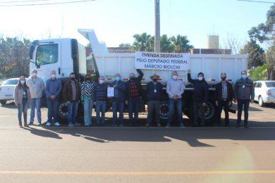 Victor Graeff recebe novo caminhão e caçamba basculante