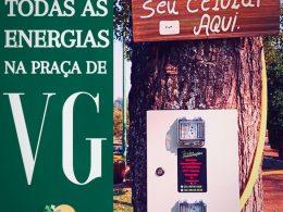 Pontos de carregamento de celular na praça Tancredo Neves